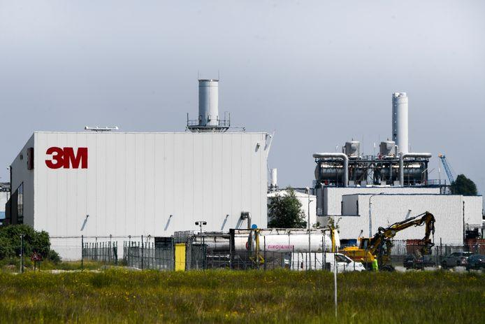 Het bedrijf 3M, de bron van de vervuiling. Toxicoloog Tytgat: 'We zouden van de besmette gronden kunnen blijven, maar zo dreigt de verontreiniging natuurlijk gewoon verder te gaan.'