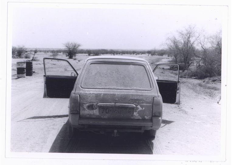 De Peugeot na een dag Sahara.  Beeld