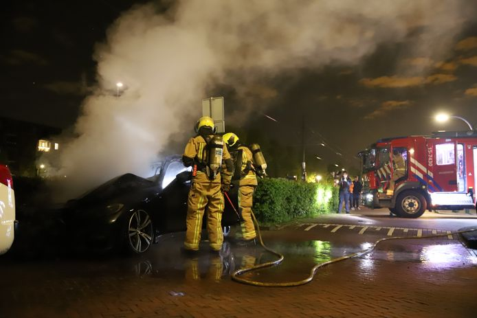 Op de Nootdorpse Landingslaan in Den Haag stond in de nacht van zaterdag op zondag een auto in brand.