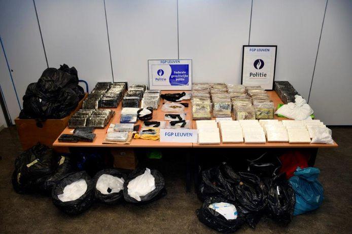 De wapens, cocaïne en drugs werden aangetroffen in woningen in Zaventem en in het Brusselse.