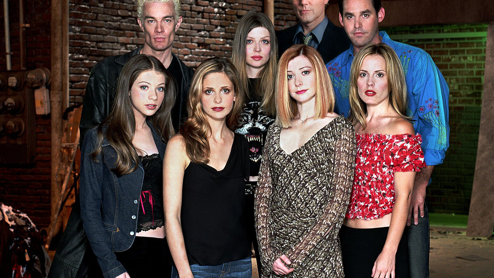 De cast van 'Buffy The Vampire Slayer'. Michelle Trachtenberg staat links onderaan, naast Sarah Michelle Gellar. Anthony Head staat helemaal achteraan.