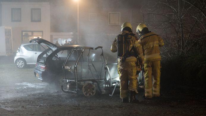 Een totaal verkoold 45-km-autootje, aan het Peterspad in de wijk De Zandweerd. Vannacht brandde het opnieuw