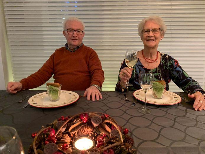 Jan Ederveen (85) en Atie Ederveen - de Pater (79) tijdens het diner op Eerste Kerstdag in Amsterdam. Hierna werden ze in een Valys-busje gestopt en raakten besmet met corona.