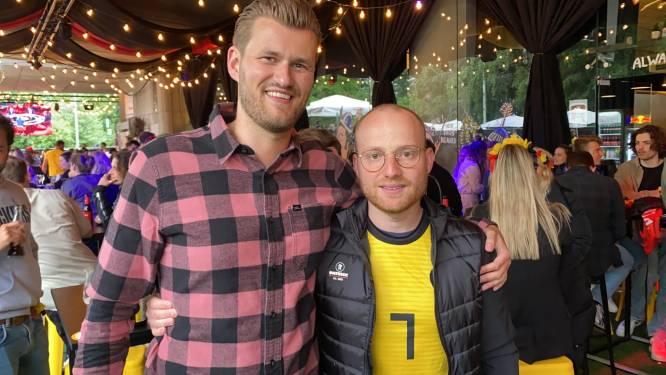 Neef en vriend van Kevin De Bruyne volgen de match in Baracita, zomerbar helemaal volzet
