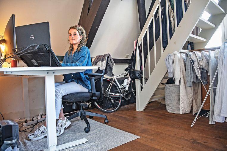 Sophie Deneef werkt voor Dell vanuit huis in Amsterdam. Beeld Marcel van den Bergh / de Volkskrant