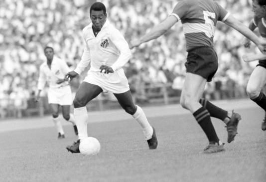 Pelé in actie namens Santos Futebol Clube.