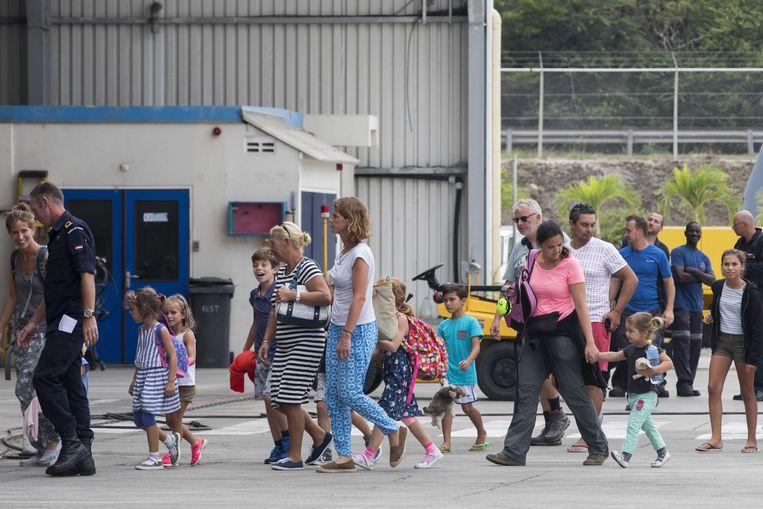 Geëvacueerde inwoners van Sint Maarten komen aan op het vliegveld van Curacao. Beeld ANP