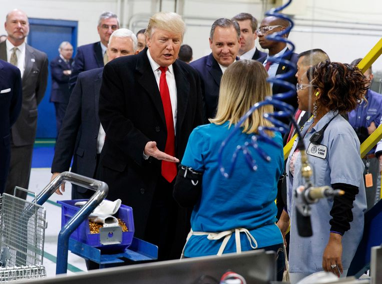 Donald Trump, net verkozen tot president, bezoekt op 1 december de fabriek van Carrier in Indianapolis.   Beeld AP