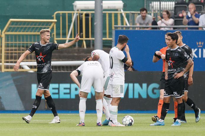 Joost van Aken verlaat gefrustreerd het veld na zijn tweede gele kaart.