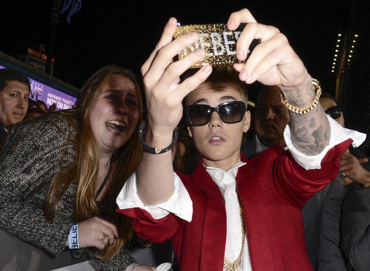 Justin Bieber maakt een selfie, het woord van het jaar 2013, dat negen jaar geleden al werd gepost op Urban Dictionary. Beeld AP