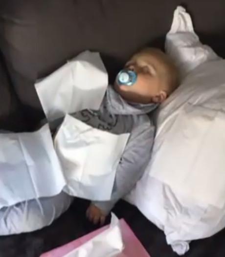 Flauwe grap: André Hazes legt slapende zoontje voor iPad met pornosite