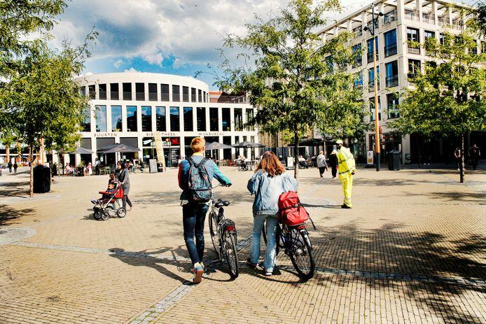 Op het Brusselplein kunnen fietsen aan de hand worden meegenomen, maar vanwege corona niet worden geparkeerd.
