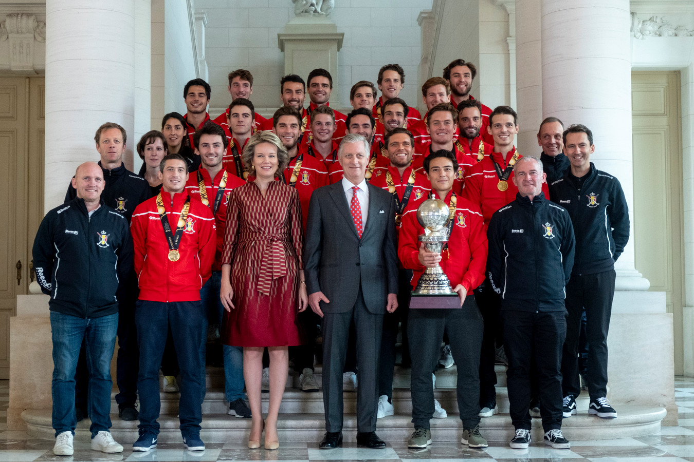 De Red Lions met hun WK-Trofee op bezoek bij Koning Filip in 2018.
