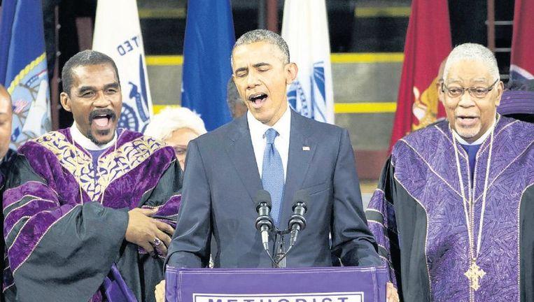 President Obama zingt 'Amazing Grace' tijdens de herdenkingsrede voor dominee Clementa Pinckney in het TD-stadion in Charleston. Beeld ap