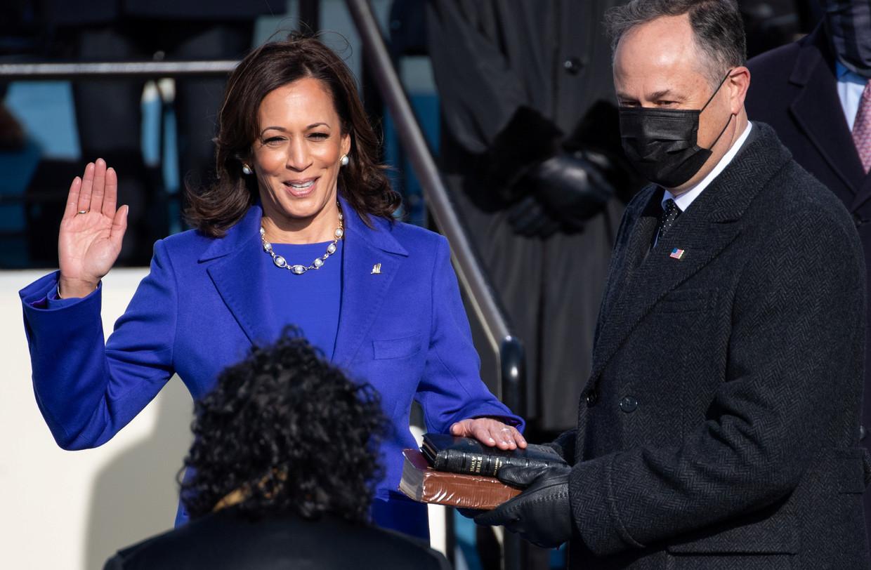 Kamala Harris legt de eed af als vicepresident van de Verenigde Staten, haar echtgenoot Doug Emhoff staat haar bij.  Beeld REUTERS