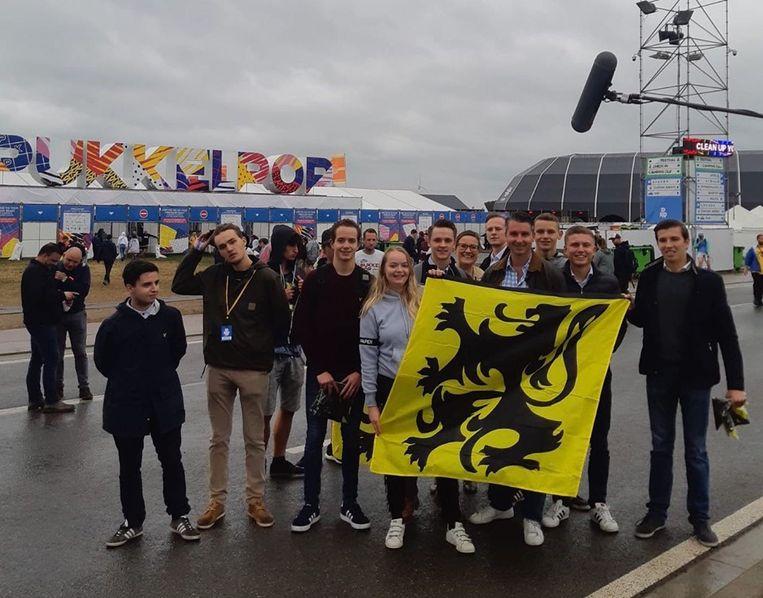 De jongerenafdeling van Vlaams Belang met in het midden achter de vlag voorzitter Bart Claes. Beeld Facebook Jongeren Vlaams Belang