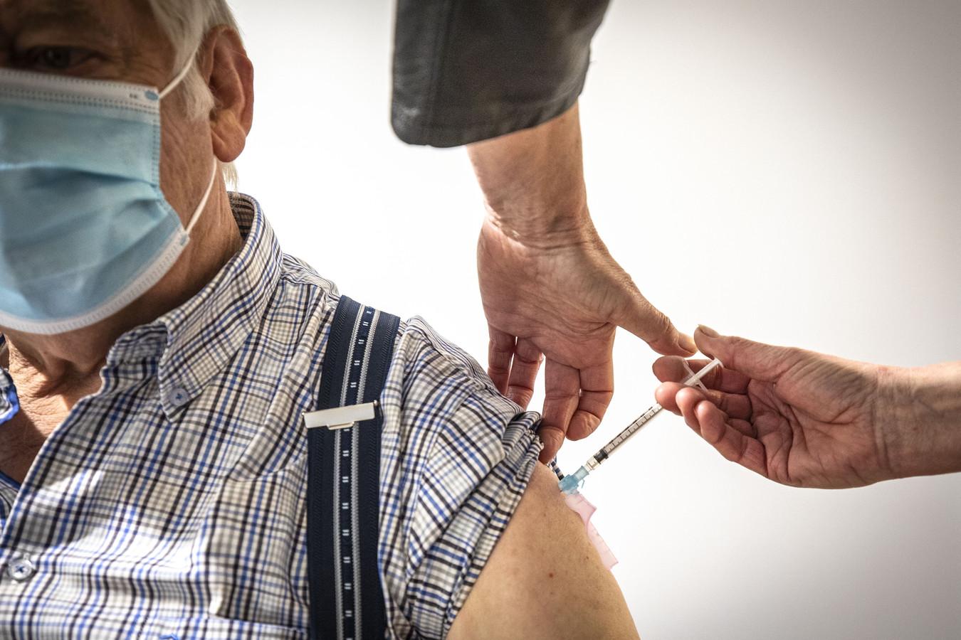 Meneer Kleisen was een van de eersten die in de oude bibliotheek in Oldenzaal gevaccineerd werd.