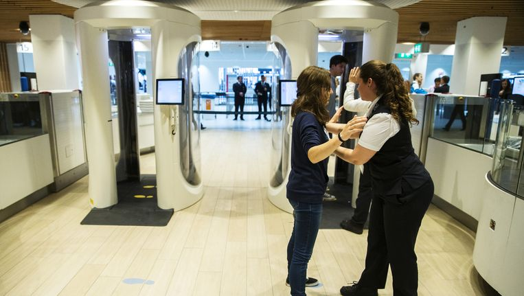 Beveiligers op Schiphol, bij een nieuw modern controlepunt. Beeld anp