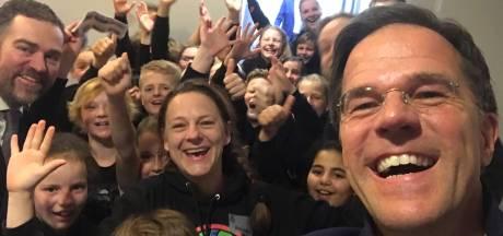 Mark Rutte schiet selfie met leerlingen Stedeke uit Diepenheim