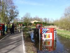 Brandweerauto belandt in water na aanrijding in Schiedam