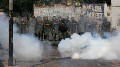 Betogers clashen met leger aan Venezolaanse grens, vier soldaten vluchten naar Colombia