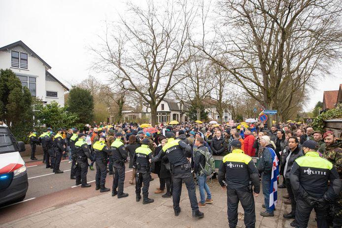 De demonstranten worden tegengehouden