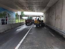 Hulpvaardige omstanders maken weg weer vrij na gevallen vracht in Waarder