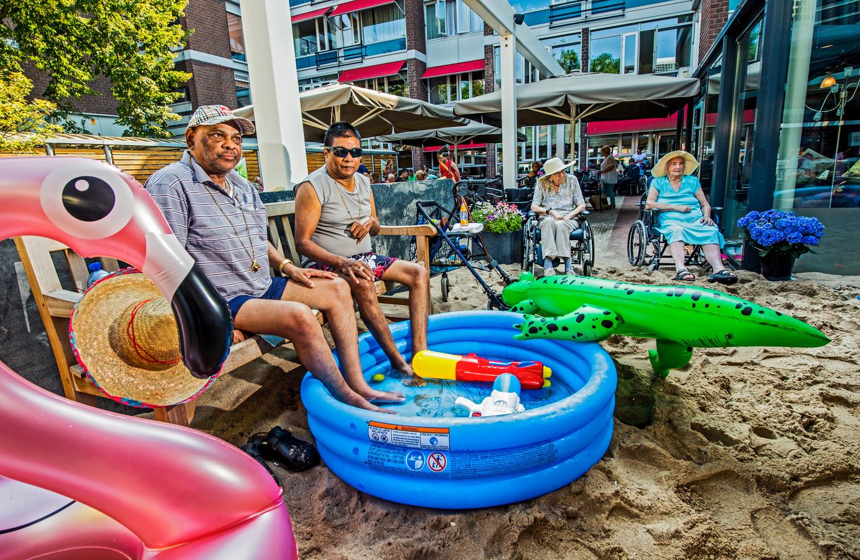 Voor het verzorgingshuis Middin aan de Crooswijksekade werd afgelopen jaar een strandje gemaakt met badjes voor de bewoners.