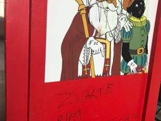 """Hemelbus van Sint-Maarten beklad: """"Zwarte Piet is racistisch"""""""