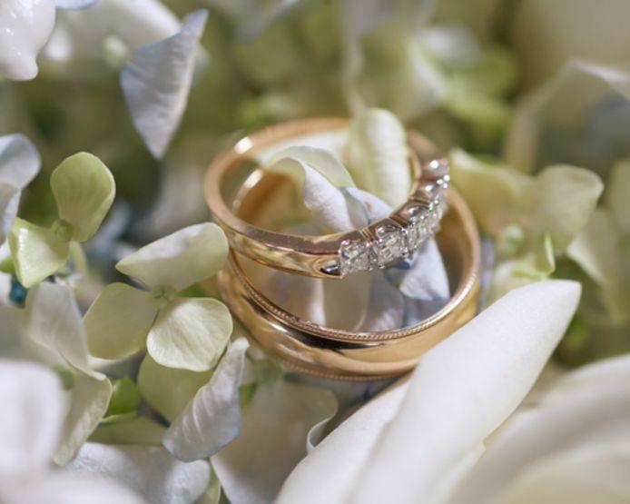 Een drama voor een oudere vrouw uit Rotterdam-IJsselmonde. Met behulp van een babbeltruc werden de trouwringen (niet die op de foto) van haar en haar overleden echtgenoot gestolen.
