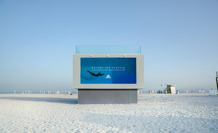 À Dubaï, Adidas dévoile un panneau publicitaire qui fait piscine.