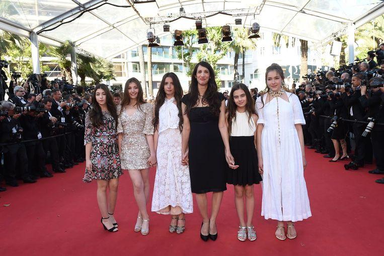 Regisseur Deniz Gamze Erguven op de rode loper met de Turkse actrices Doga Zeynep Doguslu, Ilayda Akdogan, Elit Iscan, Gunes Sensoy en Tugba Sunguroglu op het filmfestival van Cannes. Beeld anp