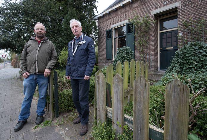 Schrijvers Kees Heitink (l) en Ad Nooij (r) bij een voormalig joods onderduikadres aan de Bovenweg in Bennekom.