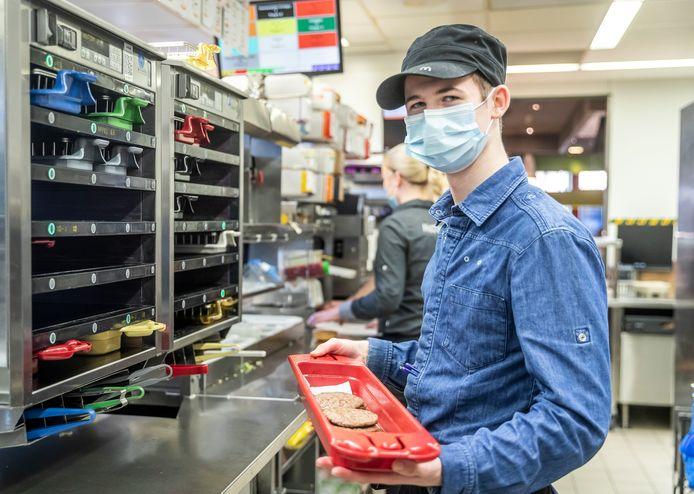 Mika Willems uit Geldrop als 'grillmeister' bij de McDonald's.