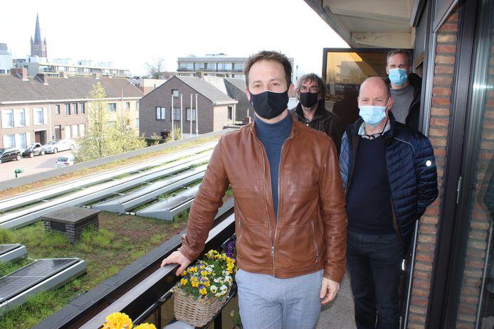 Schepen Bob D'Haeseleer en burgemeester Luc Vandevelde, met de mannen van Ecopower en Volterra, bij het zonnedak van Zonneheem.