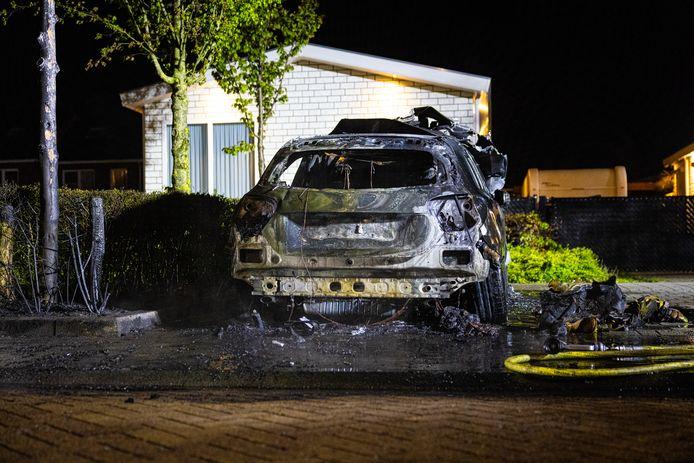 Van een vrijwel nieuwe Mercedes in Zwolle bleef weinig over na een brand. De wagen stond geparkeerd aan de Nijerwalstraat.