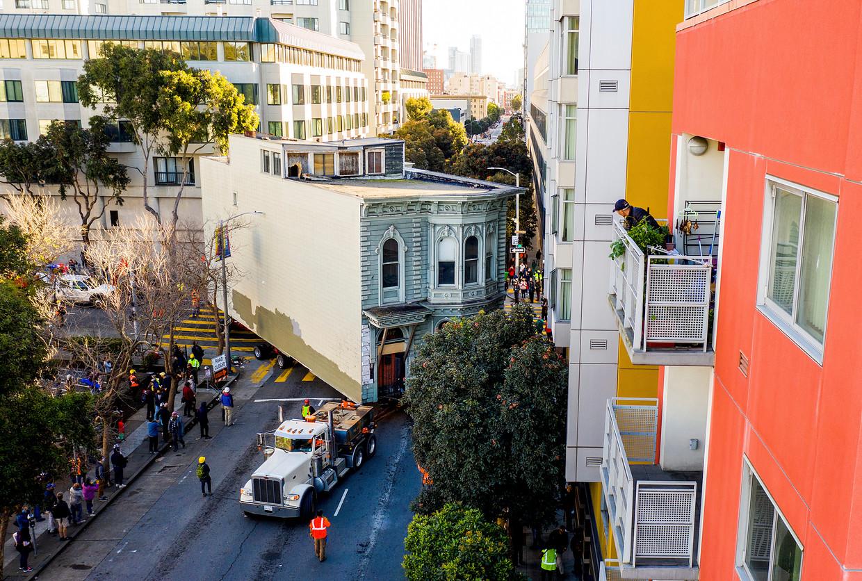 Het 139 jaar oude Englander House in San Francisco werd op 21 februari 2021 naar een nieuwe locatie gesleept, om het te behoeden voor de sloopkogel. Beeld AP