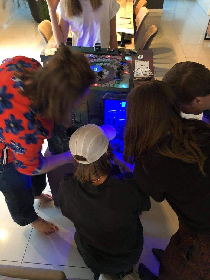 Wij probeerden de escapecube thuis in gezinsbubbel uit: een uur spanning en plezier gegarandeerd.