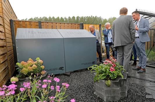 In de tuin staat een grote ketel waarin de waterstof met energie wordt opgeslagen. In de winter kan het worden aangewend om het huis mee te verwarmen.