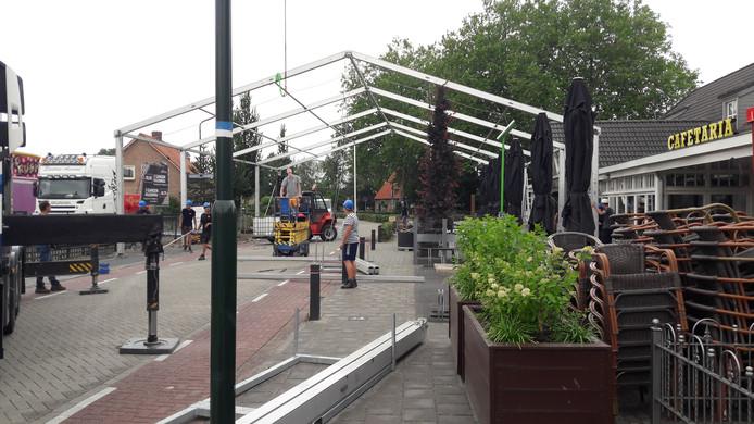 De grote tent in opbouw als schakel tussen Den Driehoek en het kermisterrein.
