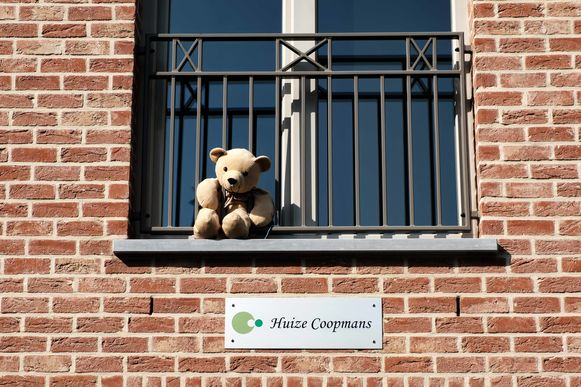 Zandhoven in lockdown vanwege de coronamaatregelen. Een beer aan het raam voor wandelende kinderen.