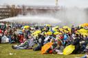 Mobiele Eenheid (ME) in actie met een waterkanon tegen actievoerders op het Malieveld.