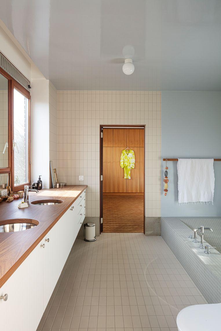 De twee slaapkamers op de eerste verdieping bieden toegang tot de badkamer, die vorig jaar gerenoveerd werd door designstudio Dialect.  Beeld Tim Van de Velde