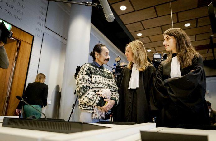 Chris Uktolseja (L) praat met advocaat Liesbeth Zegveld (M) en Brechtje Vossenberg in de Haagse rechtbank tijdens de rechtszaak van de nabestaanden van de Molukse treinkapers die in 1977 bij De Punt zijn doodgeschoten