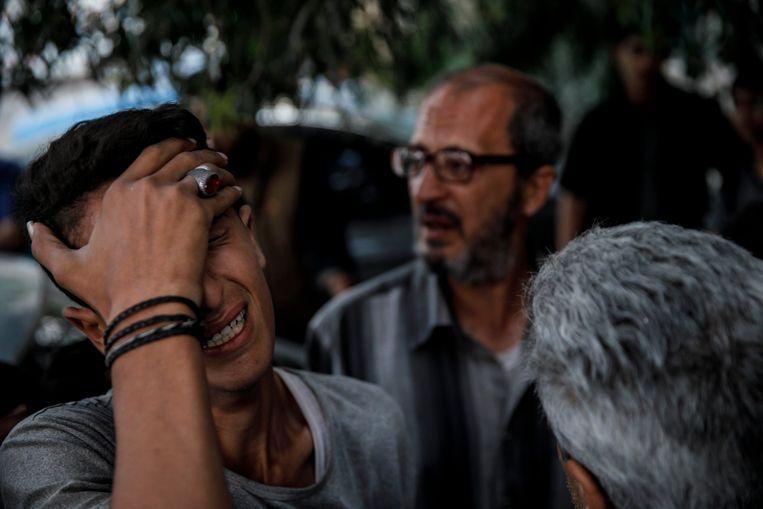 De achtienjarige Ahmed Al-Tubassi (l.) en zijn vader Ibraheem Mohammed Al-Tubassi (m.) moesten de dood van hun broer/zoon Yazan Ibraheem Mohammed Al-Tubassi betreuren. Beeld Photo News