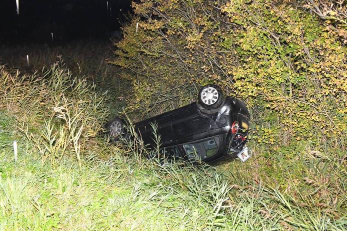 De auto moest door een bergingsbedrijf uit de sloot getakeld worden.