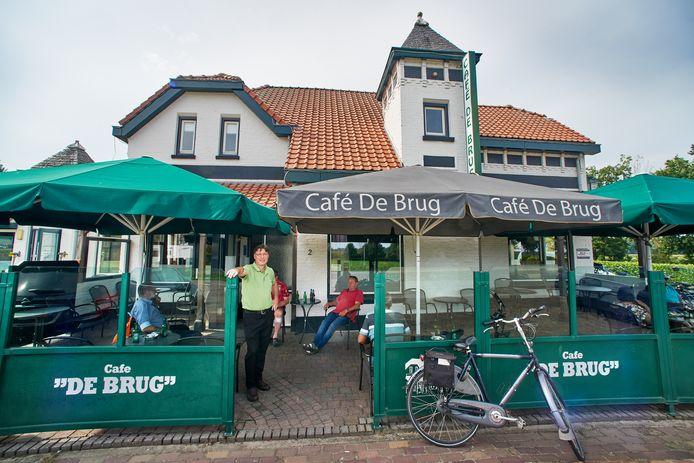 """Han van Rossum voor café De Brug in Herpen. ,,Ik ben hier geboren, opgegroeid en heb er mijn hele leven gewerkt."""""""