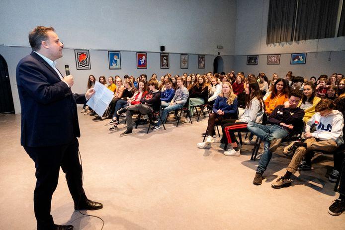 Minister voor Privacy Philippe De Backer (Open Vld) bezoekt voor zijn laatste les Privacy het Sint-Michielscollege in Brasschaat.