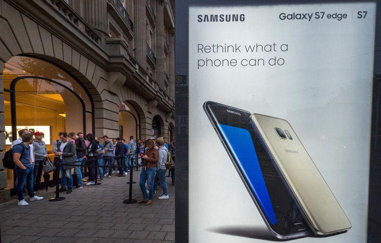 Slimme marketing van Samsung voor de deur van de Apple Store. Beeld anp