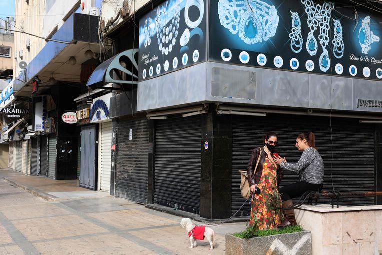 In de wijk Hamra in Beiroet is het stil. De winkels van de bekende internationale merken zijn gesloten. Beeld Anwar Amro / AFP